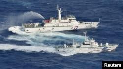 9月25日,在东海争议岛屿附近日台船只互射水炮(左为台方海防舰,右为日方海防舰)