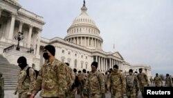 Службовці Національної гвардії США біля Капітолію у Вашингтоні 11 січня 2021 р.
