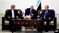 AQSh davlat kotibi Jon Kerri (chapda) Iroq bosh vaziri Nuri al-Malikiy (o'ngda) bilan uchrashmoqda, Bag'dod, 24-mart, 2013-yil.