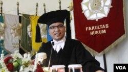 Wamenkumham Denny Indrayana saat memberikan pidato pada pengukuhannya sebagai Guru Besar Hukum Tata Negara di UGM Yogyakarta (6/2).