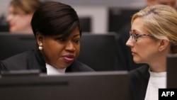 រូបឯកសារ៖ លោកស្រី Fatou Bensouda រដ្ឋអាជ្ញានៃតុលាការព្រហ្មទណ្ឌអន្តរជាតិ (ICC) អង្គុយពិភាក្សាជាមួយសហការីនៅក្នុងបន្ទប់សវនាការប្រចាំតុលាការ ICC នៅទីក្រុងឡាអេ ប្រទេសហូឡង់ កាលពីថ្ងៃទី ៨ ខែកក្កដា ឆ្នាំ ២០១៩។