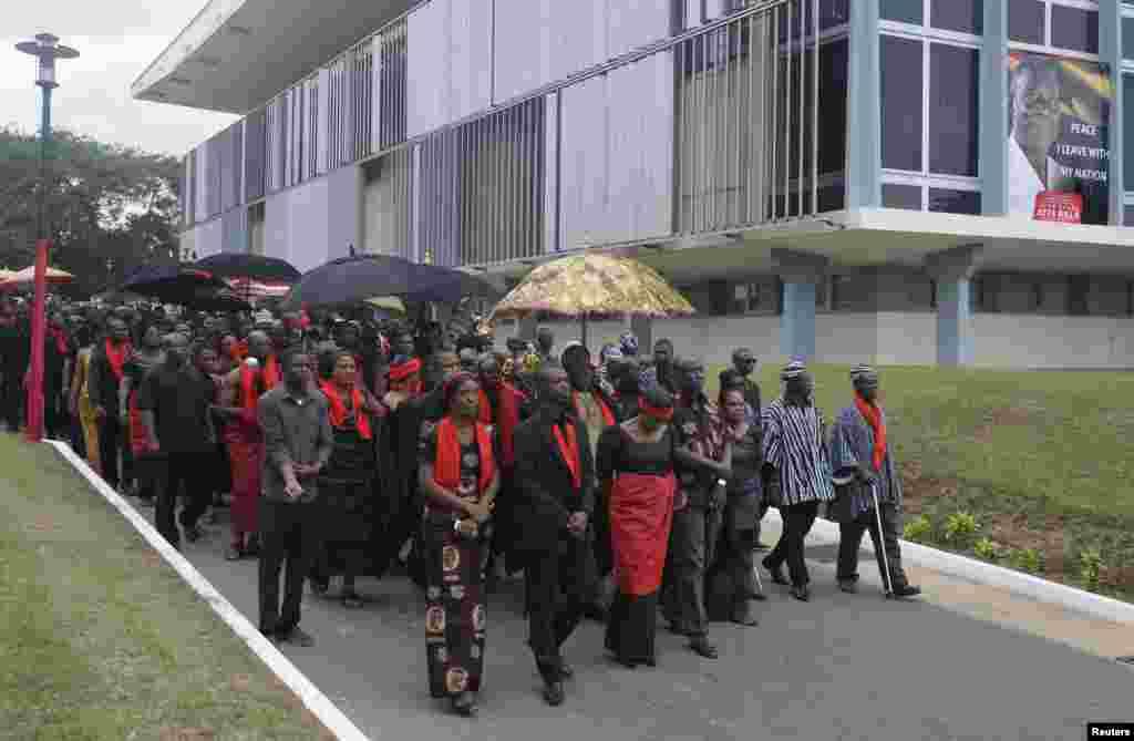 آنجہانی صدر جان ملز کا آخری دیدار کے لیے جانے والے سوگوار