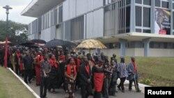 wakazi wa Ghana wanakwenda kutoa heshima zao za mwisho kwa Rais John Atta Mills katika jengo la bunge mjini Accra, Ghana, Ogust 9, 2012.
