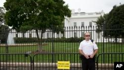 一名美国特勤局工作人员在白宫前守卫(资料图片)