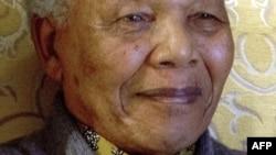 ທ່ານ Nelson Mandela ອະດີດປະທານາທິບໍດີ ແລະຜູ້ນໍາສິດທິມະນຸດອາຟຣິກາໃຕ້ ທີ່ຍັງສືບຕໍ່ນອນຢູ່ໂຮງໝໍ ຕໍ່ໄປອີກມື້ນຶ່ງ ໃນວັນອາທິດມື້ນີ້ ເພື່ອປົວອາການປອດບວມ.