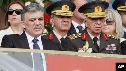 ປະທານາທິບໍດີເທີກີ ທ່ານ Abdullah Gul (ຊ້າຍ) ແລະຫົວໜ້າເສນາທິການກອງທັບເທີກີ ນາຍພົນ Isik Kosaner ທີ່ນະຄອນຫຼວງອັງກາຣາ (19 ພຶດສະພາ 2011).