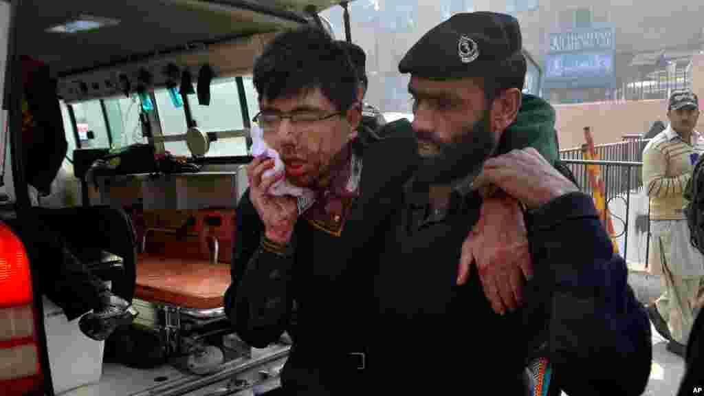 مامورد گارد امنيتی بيمارستان به يکی از دانش آموزان زخمی کمک می کند-- ۲۵ آذر (۱۶ دسامبر)