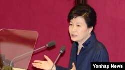 박근혜 한국 대통령이 지난 16일 국회에서 대북 정책에 관한 특별 연설을 하고 있다. (자료사진)