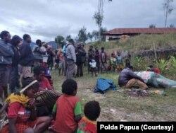 Sejumlah masyarakat di Kampung Mamba Distrik Sugapa, Kabupaten Intan Jaya, Papua, mengerumuni jenazah seorang warga sipil yang tewas ditembak kelompok bersenjata. Sabtu 30 Mei 2020. (Foto: Polda Papua)
