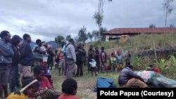 Sejumlah masyarakat di Kampung Mamba Distrik Sugapa, Kabupaten Intan Jaya, Papua, mengerumuni jenazah seorang warga sipil yang tewas ditembak kelompok bersenjata. Sabtu 30 Mei 2020, sebagai ilustrasi. (Foto: Polda Papua)