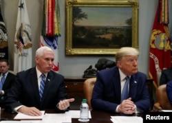 Predsjednik Trump i potpredsjednik Pence u razgovoru sa predstavnicima privatnih kompanija za zdravstveno osiguranje (Foto: Reuters/Leah Mills)
