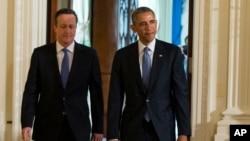 바락 오바마(오른쪽) 미국 대통령과 데이비드 캐머런 영국 총리가 16일 공동 기자회견장으로 걸어 나오는 모습.
