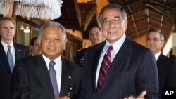 星期天美國國防部長帕內塔(右)在巴厘島和印度尼西亞國防部長尤斯吉安托羅會晤