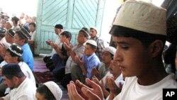 Nazarov O'zbekiston hukumatining musulmonlarga nisbatan siyosatini keskin tanqid qilayotgan sanoqli ulamolardan