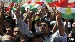 Erbil'de Türk konsolosluğu önünde hava saldırılarını protesto eden göstericiler