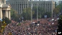 Hiljade ljudi okupljene ispred Savezne skupštine na slavlju 6. oktobra 2000.