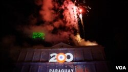 Fuegos artificiales frente al Panteón de los Héroes en Asunción durante las celebraciones en conmemoración del Bicentenario de la Independencia.