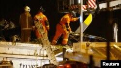 "Tim SAR memeriksa reruntuhan helikopter polisi yang jatuh minimpa atap pn ""Clutha Vaults"" di Glasgow, Skotlandia (30/11)."