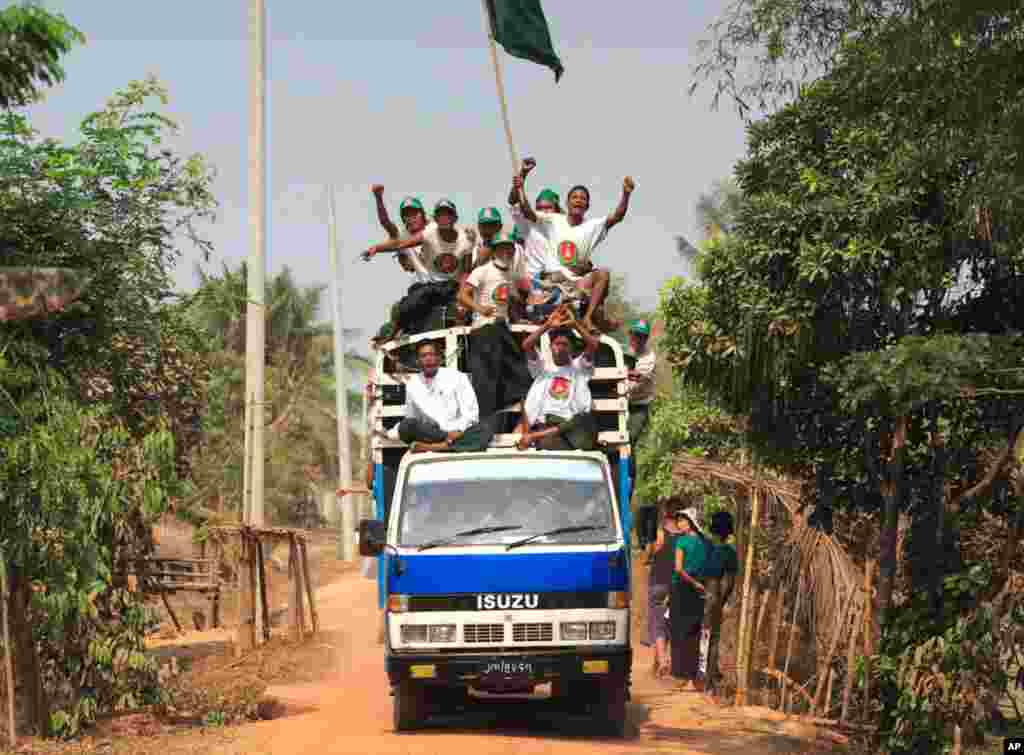 Supporters of the Union Solidarity and Development (USDP) Party sing party songs in Kawhmu Township, March 30, 2012. (Reuters)