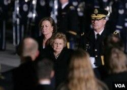 بتی فورد و دخترش سوزان در مراسم یادبود سی و هشتمین رئیس جمهوری آمریکا.