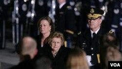 La ex primera dama (al centro) en compañía de su hija Susan Ford durante los funerales de su esposo, el ex presidente Gerald Ford, en 2006.