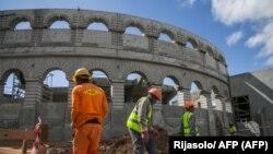 Chantier de construction d'une arène en béton sur le site historique du Palais de la Reine (Rova de Manjakamiadana) à Antananarivo le 22 mai 2020.