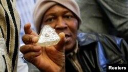 """Stanovnik Sijera Leonea drži """"Dijamant mira"""" pred aukciju u Njujorku, REUTERS/Eduardo Munoz"""
