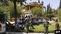 Сирийские силы безопасности дежурят на территории, прилегающей к посольству США в Дамаске. 12 июля 2011г.