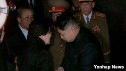지난 2011년 12월 평양 금수산기념궁전에서 김정일 시신에 조문한 이희호 여사가 김정은 국방위원회 제1위원장과 만나고 있다. (자료사진)