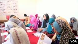 اکنون در افغانستان بیش از۶۰۰ هزار زن ومرد بی سواد در۱۷ هزار کورس های سواد حیاتی، مشغول فراگیری سواد اند.
