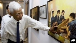 Vann Nath, one of just seven survivors of the Khmer Rouge's S-21 prison in Cambodia's capital Phnom Penh, now known as the Tuol Sleng Genocide Museum, explains a painting depicting torture at his exhibition in Phnom Penh, (File Photo).