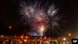 크로아티아 브레가나에서 1일 크로아티아의 유럽연합 가입을 축하하는 불꽃놀이가 열리고 있다.
