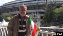شهروند برزیلی که پرچم ایران را در جریان بازی ایران و کوبا در دست داشت. او گفت پرچم را هدیه گرفته است.