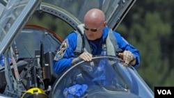 Astronot Mark Kelly, komandan pesawat ulang-alik Endeavour dalam misi terakhir sebelum dipensiunkan.
