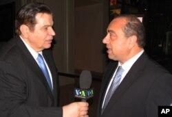 Ο Υπουργός Εξωτερικών Μάρκος Κυπριανού μιλά στο Γ. Μπίστη.