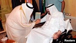 Raja Abdullah dari Arab Saudi (kanan) sedang berkonsultasi dengan saudara laki-lakinya Pangeran Mushal. (Foto: Dok)