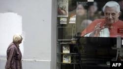 Žena u Zagrebu prolazi pored postera kojim se najavljuje poseta pape Benedikta XVI