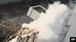 증기가 솟는 후쿠시마 원전 3호기