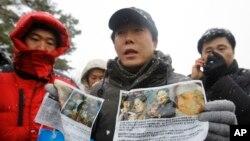 한국의 탈북자단체인 '자유북한운동연합' 박상학 대표(가운데)와 회원들이 지난 2011년 12월 파주 임진각 인근에서 북한으로 날려보낼 전단을 공개하고 있다. (자료사진)