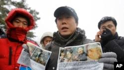 북한 관영매체들이 최근 거의 매일 탈북민들에 대한 인신공격성 보도를 계속하고 있다. 한국 내 탈북자단체인 '자유북한운동연합' 박상학 대표(가운데)가 북한으로 날려보낼 전단을 공개하는 모습.