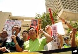 香港多个团体到解放军驻港部队前示威