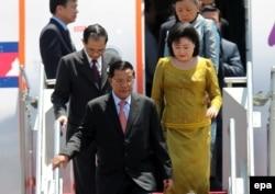 Thủ tướng Campuchia Hun Sen và vợ trong một chuyến công du đến Indonesia ngày 16/11/2011.