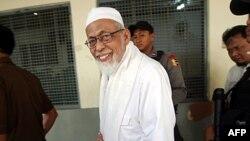 Ісламський духівник Абу Бакар Башир іде до судової зали