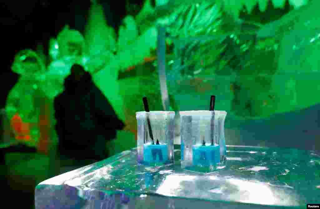 فنجان های یخی در بار ساخته شده از یخ در برلین آلمان