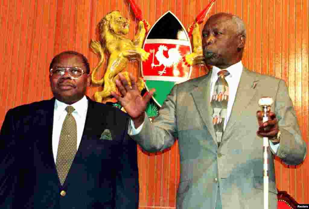 Rai Daniel Arap Moi wa Kenya akiwa na mwenzake Benjamin Mkapa mjini Nairobi.