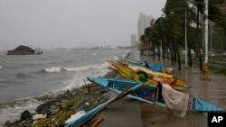 Thuyền đánh cá nhỏ được kéo vào bờ để tránh bão tại Manila, Philippines, ngày 18/10/2015.