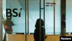 Một nhân viên đi vào khu vực tiếp tân của văn phòng ngân hàng Thụy Sĩ BSI ở Singapore, ngày 24 tháng 5 năm 2016.