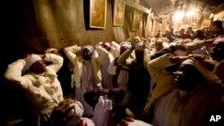 24일 성탄 전야에 베들레헴을 찾은 나이지리아 순례객들이 예수가 탄생한 것으로 알려진 교회에서 기도를 올리고 있다.