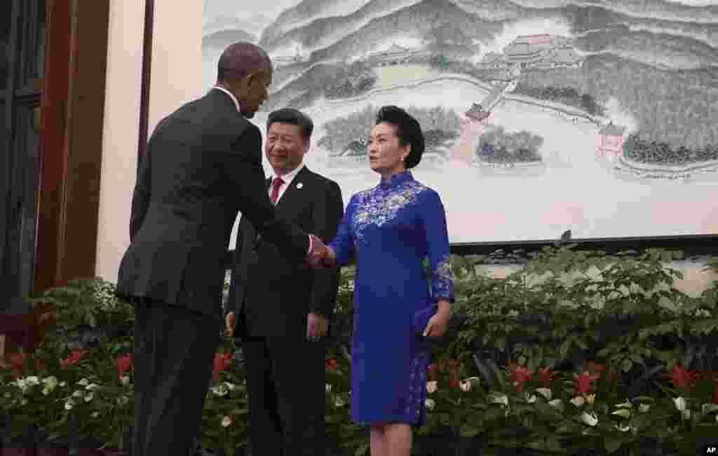 中国主席习近平和夫人彭丽媛在G20杭州峰会的欢迎晚宴前迎接美国总统奥巴马(2016年9月4日)