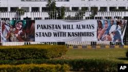 کشمیریوں سے اظہارِ یکجہتی کے لیے ہفتے کو پاکستان میں بھی یومِ سیاہ منایا گیا۔ دارالحکومت اسلام آباد میں پارلیمان کی عمارت کے سامنے کشمیریوں سے اظہارِ یکجہتی کے لیے بینر آویزاں ہے۔
